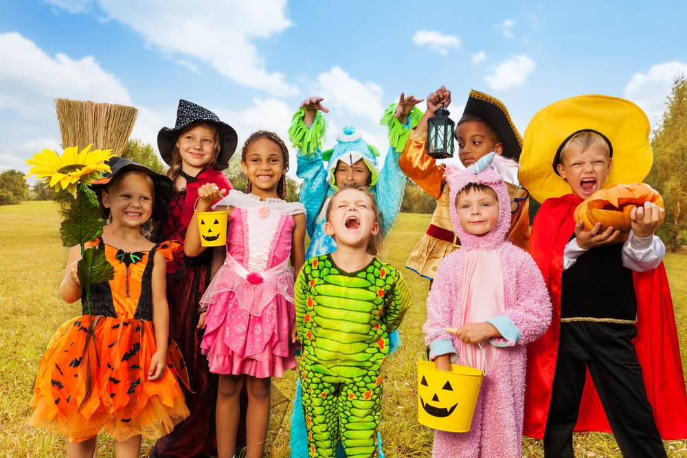 Una fiesta infantil de disfraces en el jardín de casa